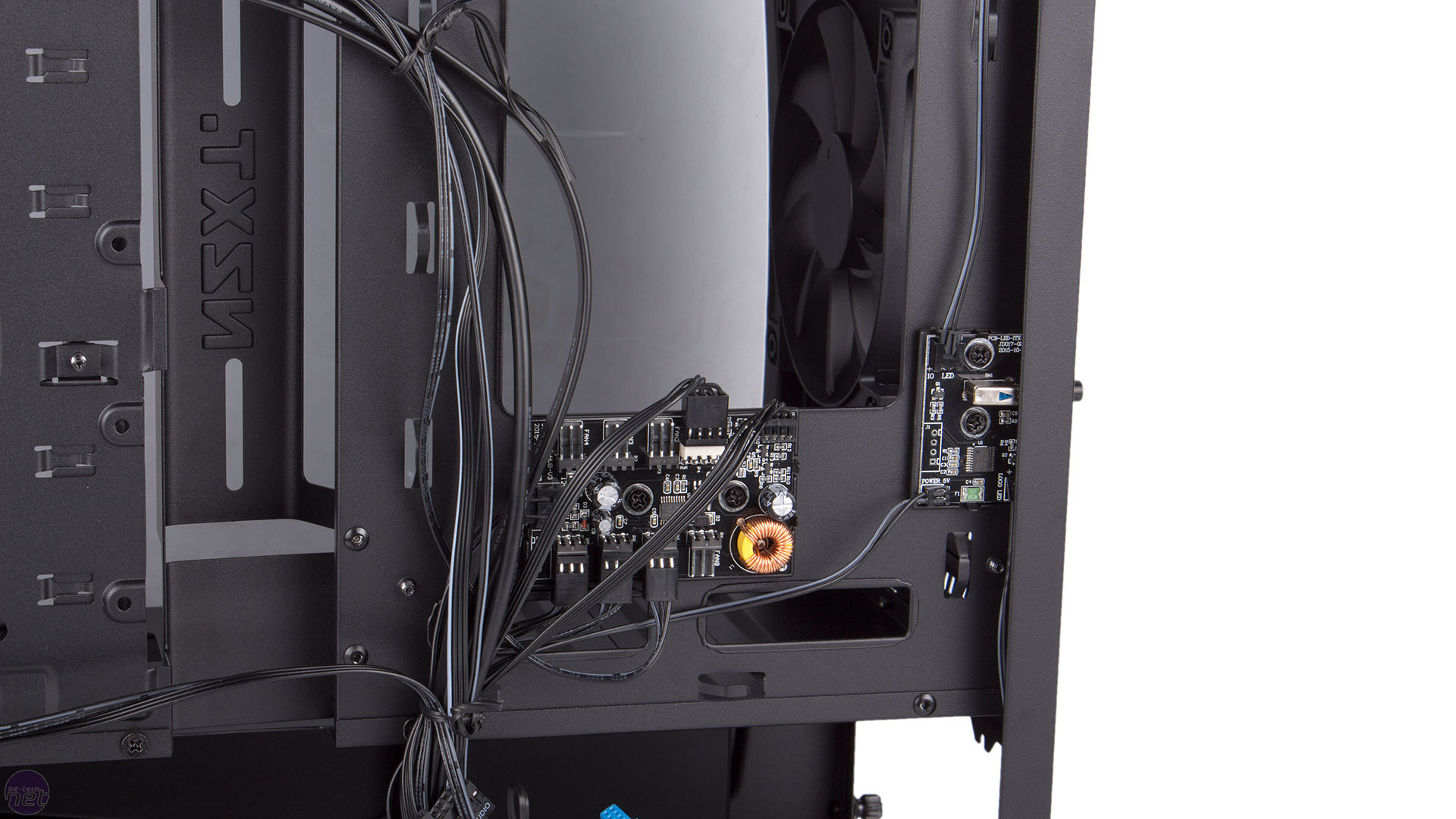 nzxt fan hookup - fan connectors will fit both 3 pin and 4 pin fans - it has 30w per channel, and two molex power connectors for a solid power input this means you can hook up up to 2-3 fans per channel with some wire splitting magic if you would like.