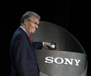 Sony CEO demos flexible OLED technology